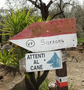 Via Francigena cani Sarzana sign
